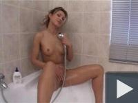 Maszti a zuhanyrózsával