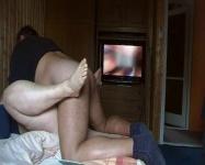 Kúrás pornóval a háttérben