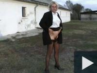 Falusi tanárnő cifrázza